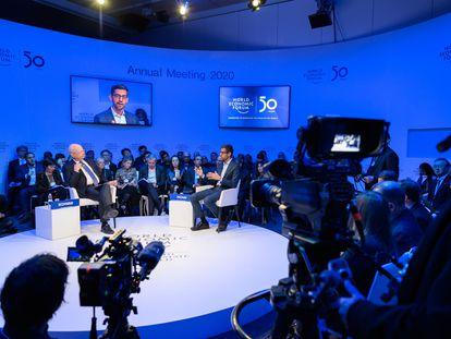 El fundador del Foro de Davos, Klaus Schwab, con el consejero delegado de Alphabet, Sundar Pichai, en la reunión de enero de 2020