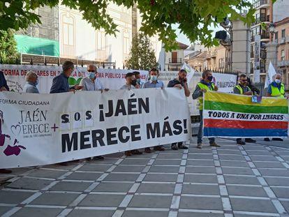 Protesta de la plataforma Levanta Jaén, que concurrirá a las próximas elecciones andaluzas, este jueves frente a la Diputación provincial.