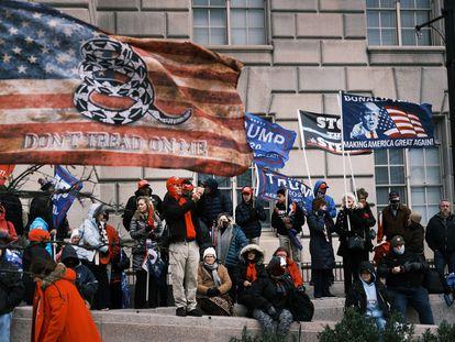 Manifestantes pro-Trump ante el Capitolio, este miércoles.