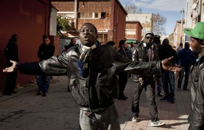Una treintena de africanos se han concentrado para protestar por el asesinato del joven senegalés sin que se hayan producido incidentes.