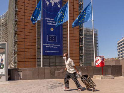 Peatón frente a la sede de la Comisión Europea en Bruselas.