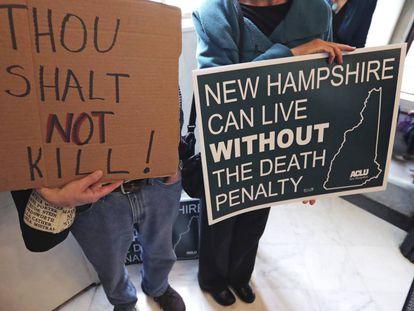 Manifestantes contra la pena de muerte, este jueves ante la Cámara estatal de New Hampshire.