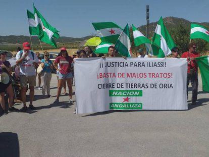Asistentes a la concentración de este martes por la muerte de Ilias en el centro de menores de Oria (Almería).