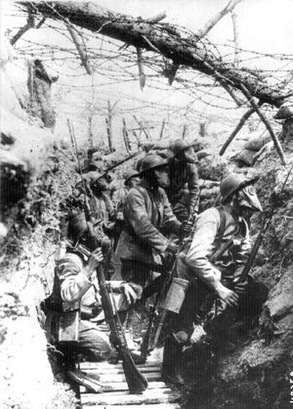 Soldados franceses con máscaras antigás, en las trincheras.
