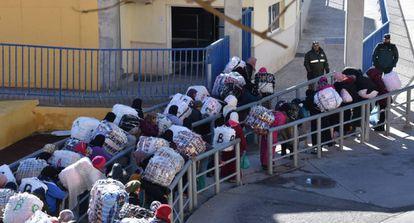 Un grupo de porteadoras espera hoy en la cola de la frontera de Ceuta.