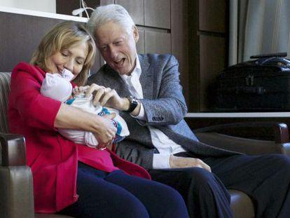 Hillary y Bill Clinton sujetan a su nieta Charlotte el día de su nacimiento.