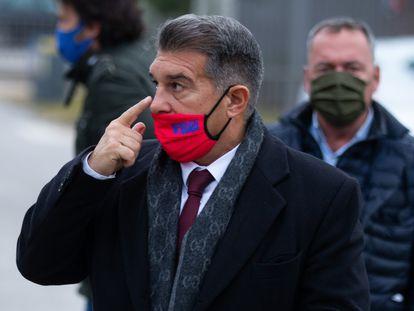 El candidato a la presidencia del FC Barcelona, Joan Laporta, a su llegada a las oficinas del club para la última reunión con la gestora.
