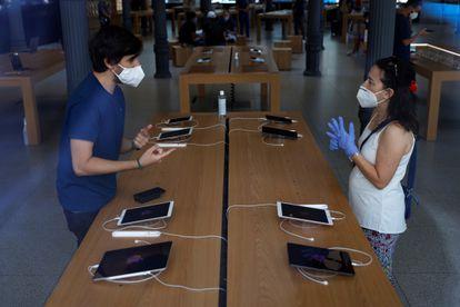 Dos consumidores miran tabletas en el interior de la tienda Apple de la Puerta del Sol, en Madrid.