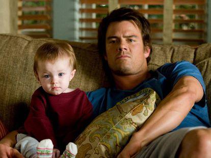 En la película 'Como la vida misma' (2010), el actor Josh Duhamel interpreta a un hombre que se ve obligado a convivir con un bebé con el que no sabe cómo comportarse.