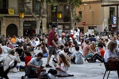 Jóvenes en la plaza del Sol del barrio de Gràcia de Barcelona, en mayo de 2020.