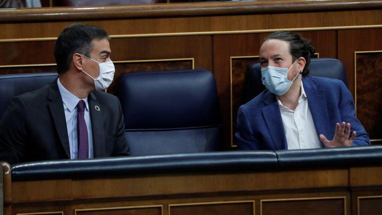 l presidente del Gobierno, Pedro Sánchez y el vicepresidente segundo, Pablo Iglesias, conversan al inicio de la sesión de control al Ejecutivo este miércoles en el Congreso.
