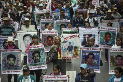 Familiares de los 43 estudiantes desaparecidos de Ayotzinapa durante el primer aniversario en 2015 en la Ciudad de México.