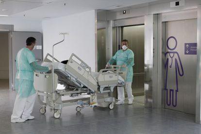 Enfermeros trasladan a un paciente en el Hospital de Lugo