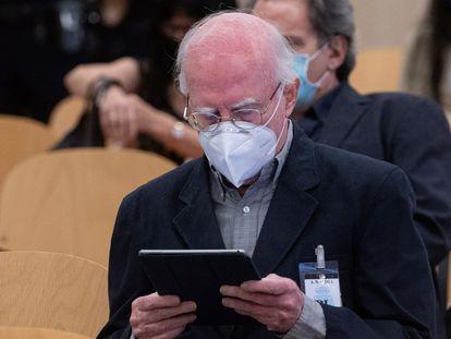 Eduardo Bautista observa su tableta ayer en el primer día del juicio, en la sede de la Audiencia Nacional en San Fernando de Henares.