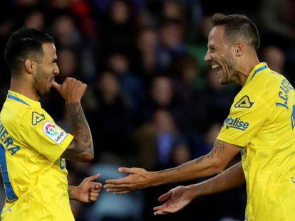 Viera y Castellano celebran un gol de Las Palmas.