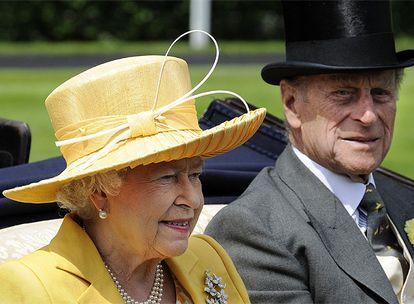 La reina Isabel y su marido, Felipe de Edimburgo, han inaugurado como todos los años la jornada hípica. La reina se ha vestido de amarillo y el duque, el tradicional chaqué gris.