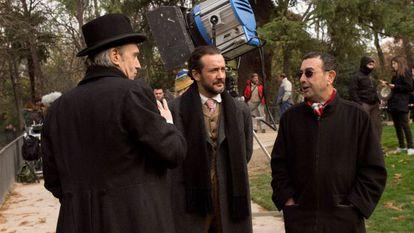 José Luis Garci (derecha), con Gary Piquer y José Luis García Pérez, en Holmes&Watson. Madrid days'.
