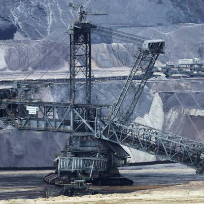 Maquinaria de la empresa RWE trabaja en una mina de lignito a cielo abierto en Alemania.