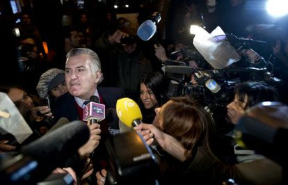 El extesorero Luis Bárcenas llega a su domicilio rodeado de periodistas tras abandonar la cárcel.