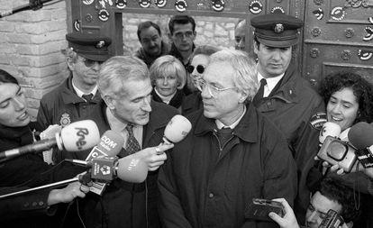 Rafael Vera y José Barrionuevo abandonan la prisión de Guadalajara en diciembre de 1998, tras la concesión por parte del Gobierno del PP de un indulto parcial.