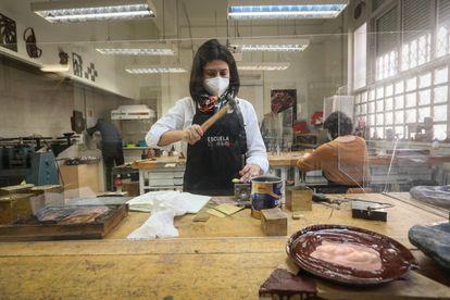 Una alumna en el ciclo de orfebrería en la Escuela de Arte 3.