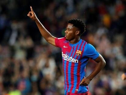 Ansu Fati celebra haber marcado un gol contra el Valencia en el Camp Nou.