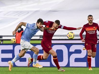 Acerbi (a la izquierda), y Dzeko, durante el Lazio-Roma del pasado viernes.
