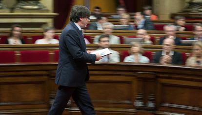 El presidente de la Generalitat, Carles Puigdemont, camina por el hemiciclo del Parlament.