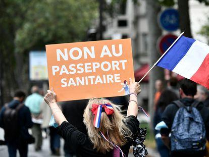 Una manifestante en contra del certificado sanitario durante una de las protestas convocadas este sábado en toda Francia