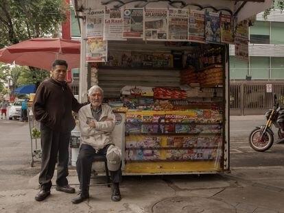 Arnoldo Pérez en el puesto de revistas de su amigo Héctor Ángel Márquez, el 14 de junio.