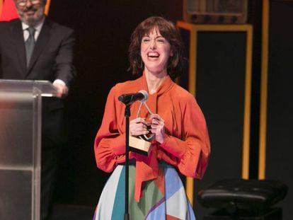 Irene Vallejo en el momento de recoger el premio.