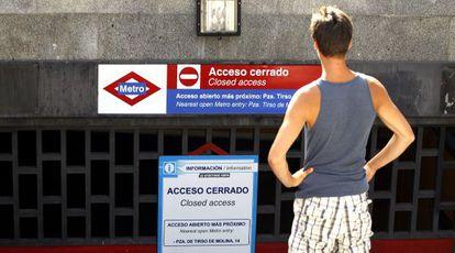 Un usuario observa un acceso cerrado en Tirso de Molina.
