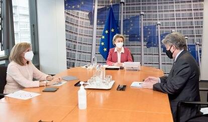 La presidenta de la Comisión Europea, Ursula von der Leyen, con los comisarios Stella Kyriakides y Thierry Breton, antes de la reunión del domingo con los ejecutivos de las farmacéuticas.