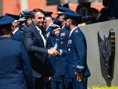 El presidente Bolsonaro saluda a mandos militares en la base de la Fuerza Aérea, el pasado enero, en Brasilia.