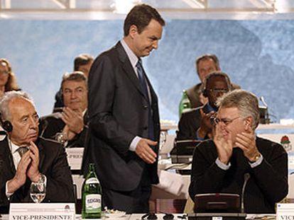 Zapatero, junto a Simon Peres, a la izquierda, y Felipe González, en la reunión de la Internacional Socialista.
