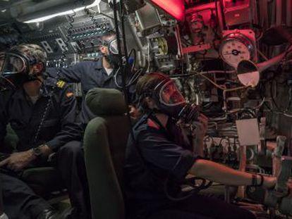 24 horas en un submarino  dos retretes y 100 metros cuadrados para 66 personas.