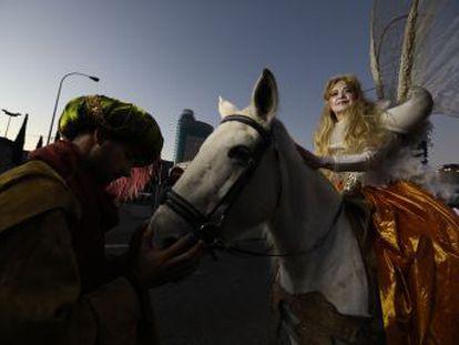 El primer desfile de Reyes Magos en la era del alcalde José Luís Martínez-Almeida da mayor protagonismo a las escenas religiosas y recupera un tono más clásico