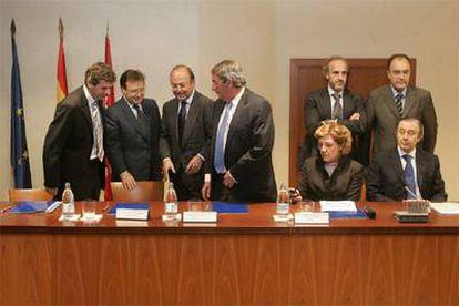 Responsables de RTVE, FORTA, Tele 5, Antena 3, Sogecable, Net TV, Veo TV y Abertis, en la firma del acuerdo.