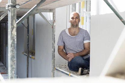 Sebastian Roos, activista en contra de la subida de los alquileres, en su apartamento, al norte de Berlín.