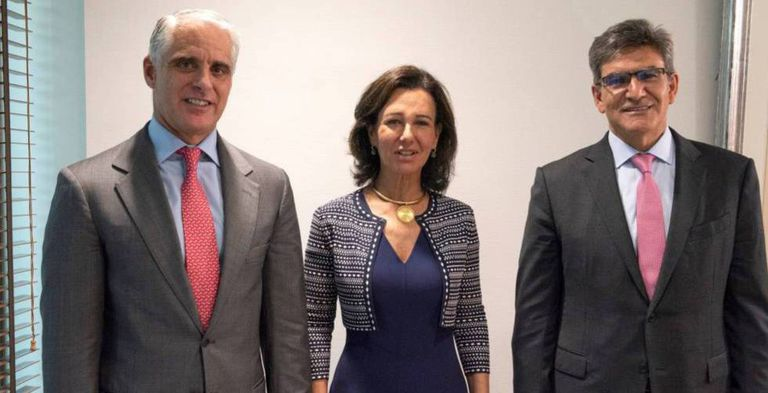 Andrea Orcel, a la izquierda, Ana Botín y el consejero delegado del Santander, José Antonio Álvarez, posan cuando anunciaron el fichaje del italiano.