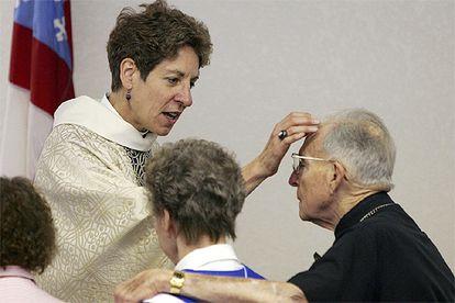 Katharine J. Schori bendice a un pastor y su esposa en su aniversario de boda durante una ceremonia en un templo de Bullhead (Arizona), en julio de 2006.