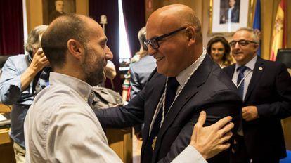 José Manuel Baltar saluda a Gonzalo Pérez Jacome tras ser elegido presidente de la Diputación de Ourense gracias a su apoyo.