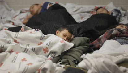 Varios detenidos duermen en un albergue de inmigrantes en Brownsville (Texas) el miércoles. / Eric Gay (Reuters)