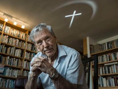 El escritor Amos Oz, en su casa de Tel Aviv (Israel), en octubre de 2015.