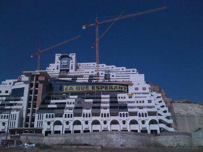 Imagen del hotel facilitada por la organización ecologista. En la fachada han desplegado una pancarta de 30 metros que reclama la demolición del edificio.