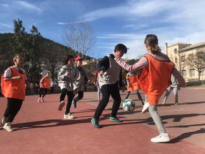 Alumnos del CPI Ramón y Cajal, en Ayerbe, Huesca, jugando al fútbol.