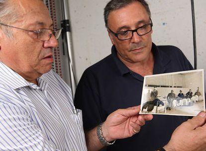 Sergi Centelles sostiene una fotografía hecha por su padre, ante la mirada de su hermano Octavi.