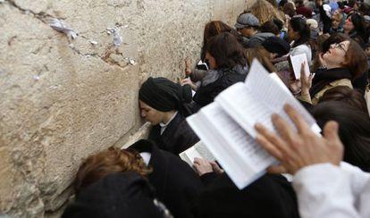 Mujeres rezan en el Muro de las Lamentaciones.