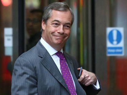 Nigel Farage sale de la redacción de la BBC, este domingo en Londres