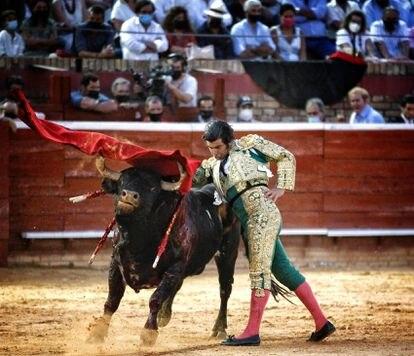 Morante de la Puebla, en un pase de pecho a uno de sus toros.